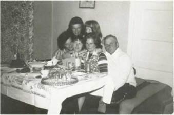 Na zdjęciu: Ryszard Szulc z rodzicami, żoną Basią, siostrą  Jolą i bratem Tolkiem