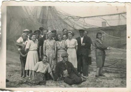 Na zdjęciu: Antoni Szulc (siódmy od lewej, z wystająca  prawą ręką) w sieciarni