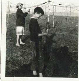 Na zdjęciu: Ryszard Szulc z mamą rozplątują sieci w Mechelinkach