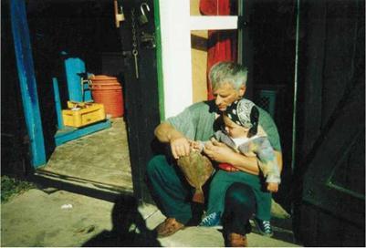 """Na zdjęciu: Ryszard Szulc  """"przekazuje"""" rodzinne tradycje rybackie wnuczkowi Jakubowi"""